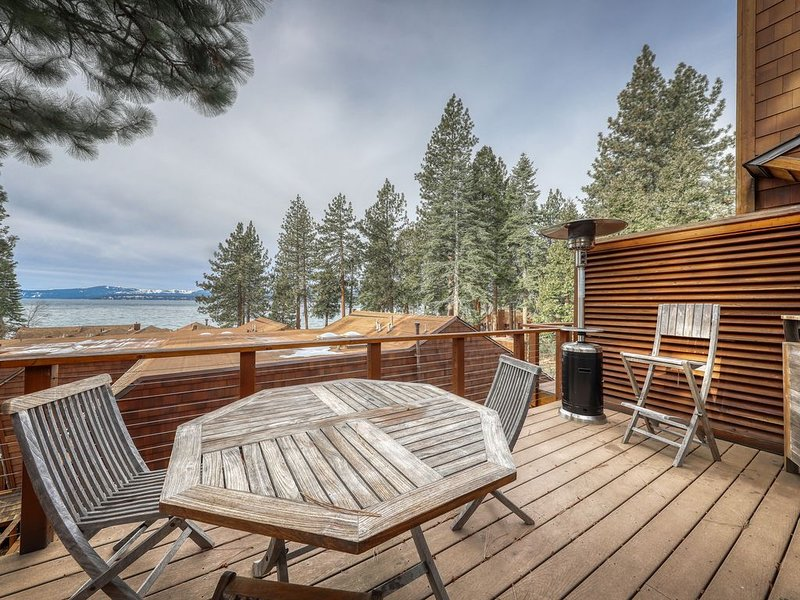 Charming condo close to town w/lake views, private grill, and wood fireplace!, holiday rental in Brockway