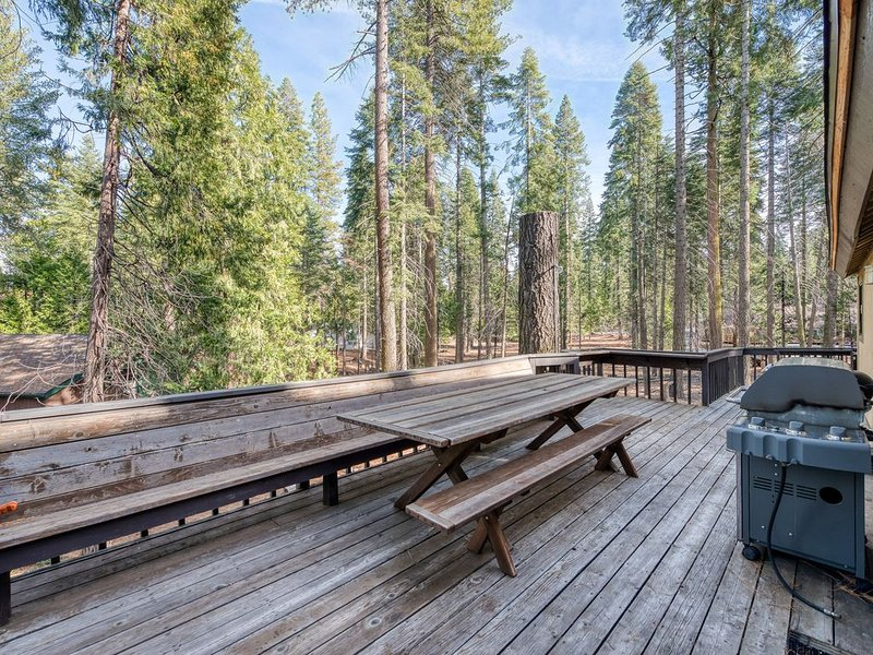 Tremendous family home w/game room, forest views - close to Shaver Lake!, holiday rental in Auberry