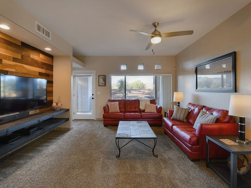 Stylish Oro Valley condo with shared pool, hot tub, BBQ & free WiFi, holiday rental in Oracle
