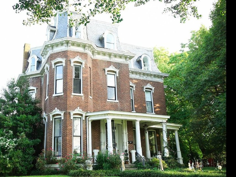 An updated Historic Home, holiday rental in Springfield
