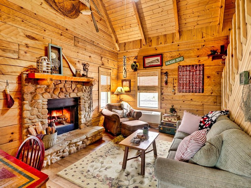 New! Relaxing Cabin on the White River, river access, close to area attractions, vacation rental in Calico Rock