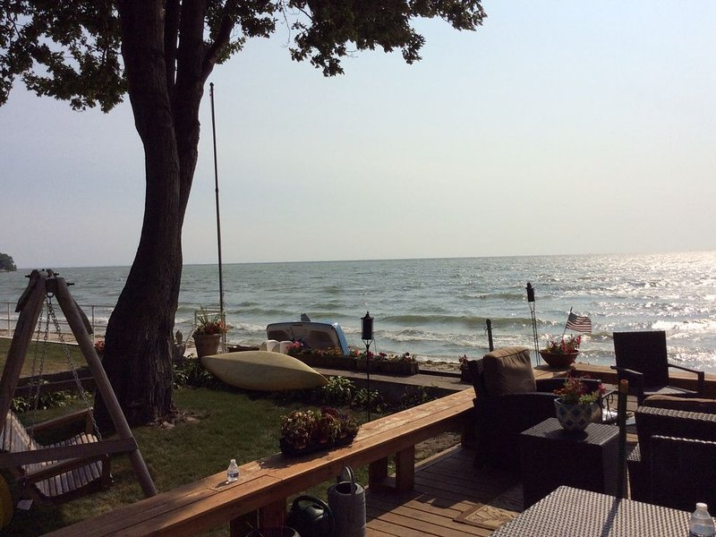 LAKEFRONT, BEACH, SWIM, FISH, BBQ!! at this beautiful Stony Point cottage. – semesterbostad i Amherstburg