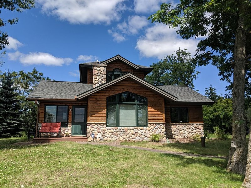 Cozy lake cabin with beautiful views, vacation rental in Luck