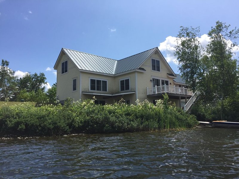Spacious lake front home on Lake Eden minutes from Stowe and Jay Peak, holiday rental in Lowell