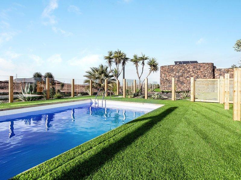 Traumhafte Villa Tranquila mit Meerblick, Bergblick, WLAN, Pool, Garten und Terr, vacation rental in Villaverde
