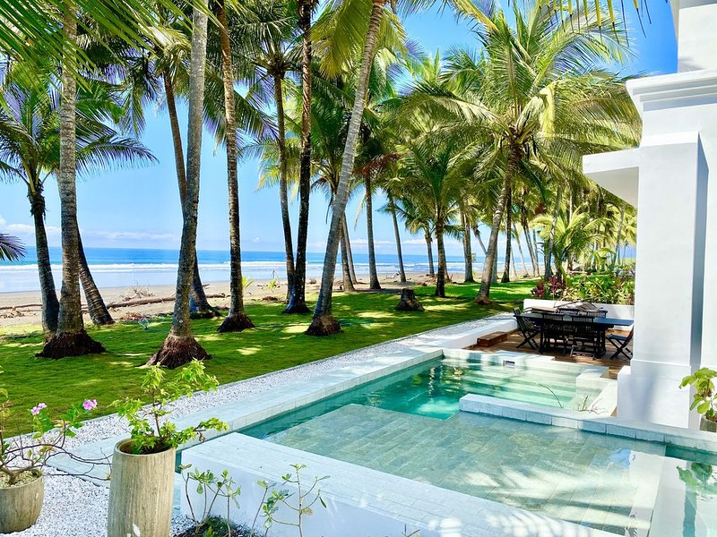 Contemporary Beach Front Gem - Private Infinity Pool!, location de vacances à Playa Hermosa