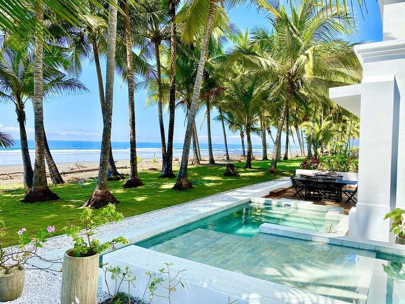 Contemporary Beach Front Gem - Private Infinity Pool!, alquiler de vacaciones en Playa Hermosa