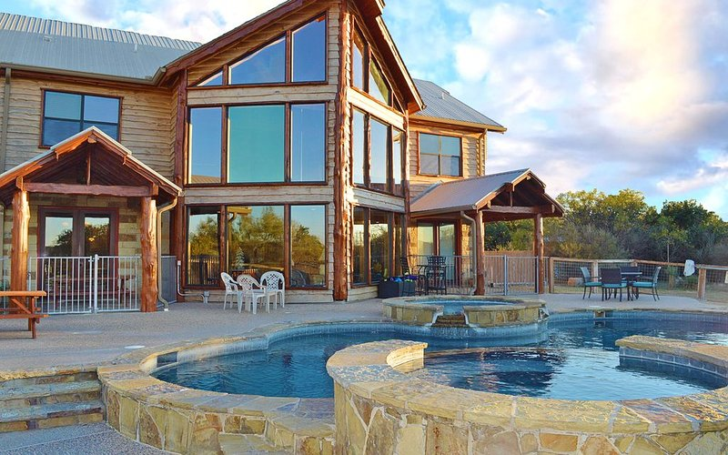 Breathtaking Hill Country Sunsets & private pool/hot tub + waterfront access, holiday rental in Kingsland