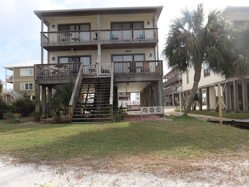 Steps From the Beach! Great Little Lagoon Views! Pier onto Little Lagoon!, alquiler de vacaciones en Gulf Shores