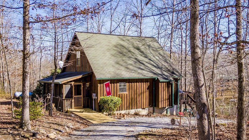 Beautiful lake front cabin nestled in the woods!, location de vacances à Pisgah