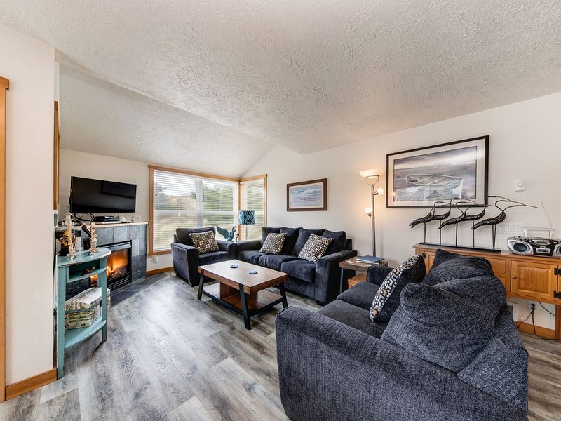 Dog-friendly home steps from the beach w/ gas grill & Ping-Pong!, holiday rental in Cloverdale