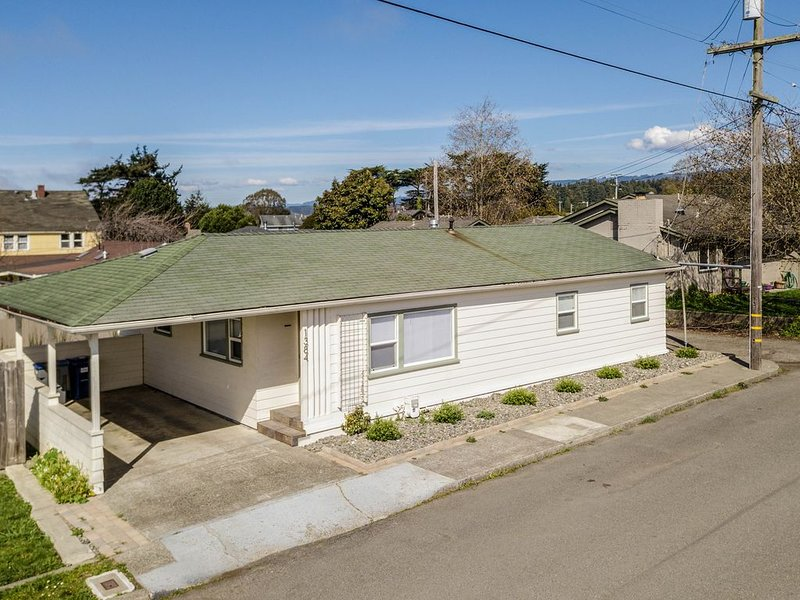 Centrally-located home w/ a private backyard & deck w/ a gas grill, vacation rental in Arcata