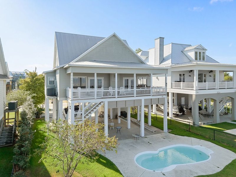 Beautiful Bayfront House With Private Pool and Pier!, holiday rental in Pass Christian