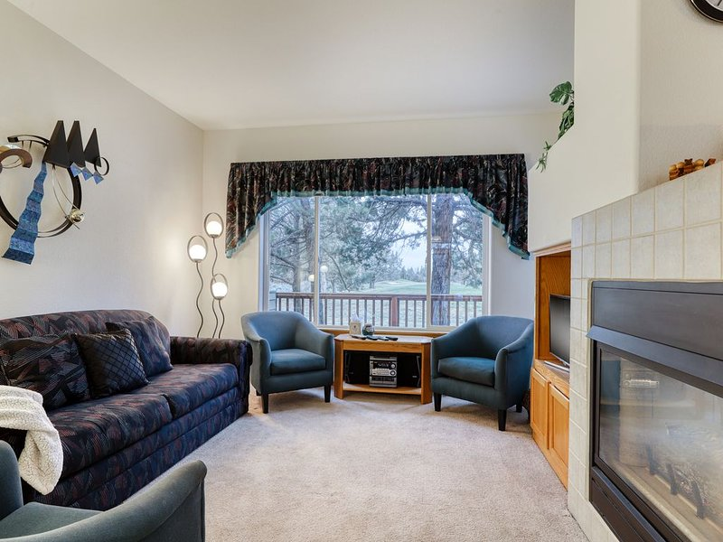 Golf course home w/ deck - walk to shared pools, hot tubs, tennis & more!, holiday rental in Redmond