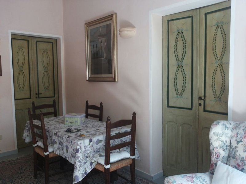Casa campidanese con cortile interno, vacation rental in Dolianova