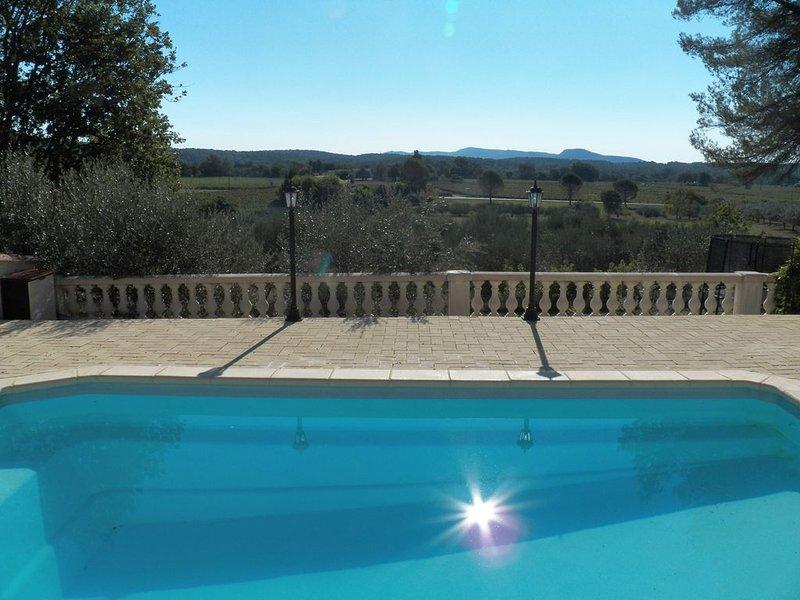 Jolie bastide avec piscine et 4000m2 de terrain au coeur de la Provence, holiday rental in Callas