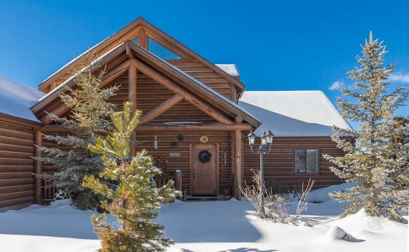 Secluded Log Home in the Quiet Pines, sleeps 30 for multi-family gatherings, casa vacanza a Skull Valley