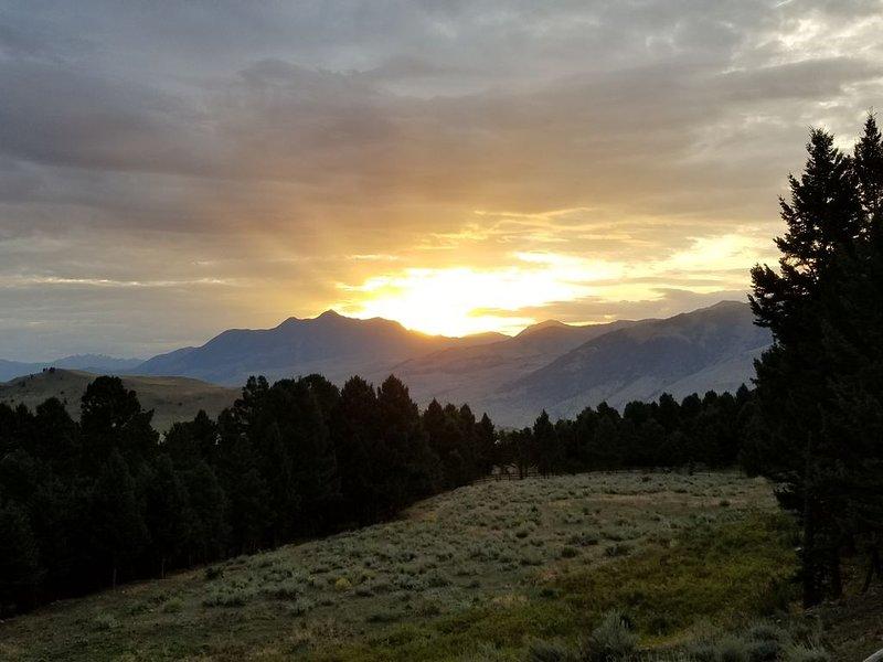 NEW LISTING..3 Mile Ranch with fishing access and pristine views!, aluguéis de temporada em Emigrant