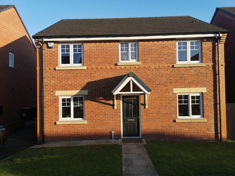 4 BEDROOM DETACHED HOUSE IN THE POPULAR QUIET NIGHTINGALE GARDENS, vacation rental in Salford