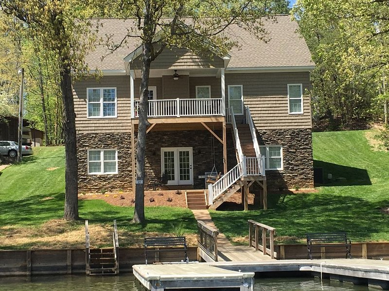 New waterfront home on Badin lake, vacation rental in Gold Hill