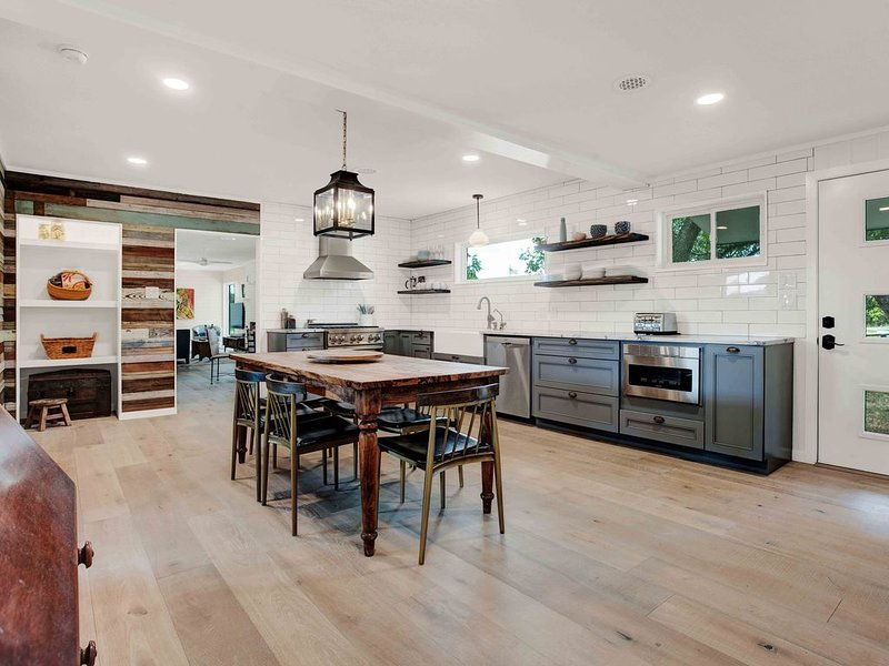 Fully Remodeled Getaway in the Heart of the Texas Wine Country, holiday rental in Hye