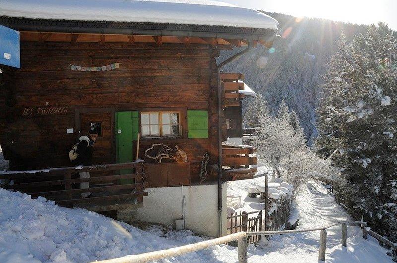 Extérieur : chalet pour max. 5 personnes au centre du vieux village avec accès d, aluguéis de temporada em Oberems
