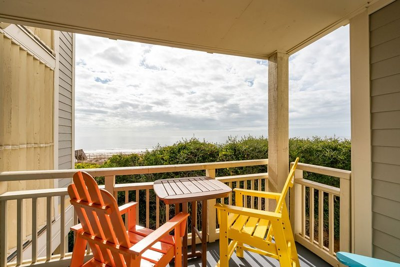 Always Sunny: 2 Bed/2 Bath Oceanfront Condo with Community Pool, location de vacances à Caswell Beach