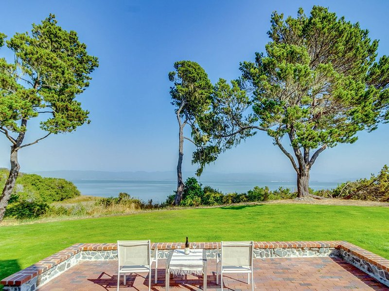 Large, waterfront, Manila Cove home w/ a covered deck, BBQ, & bay views, alquiler de vacaciones en Arcata
