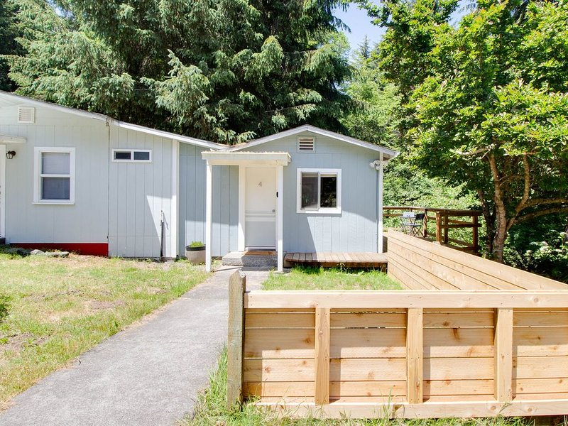 Studio cabin w/new upgrades and a private deck overlooking Strawberry Creek!, holiday rental in McKinleyville