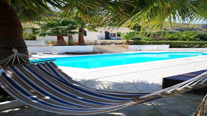 Bellissima e confortevole Villa con Piscina Privata strada per San Vito lo Capo, vacation rental in Tonnara di Bonagia