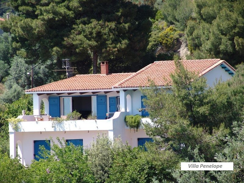Seafront Villa with amazing view just 150 meters from private beach, location de vacances à Katsarou