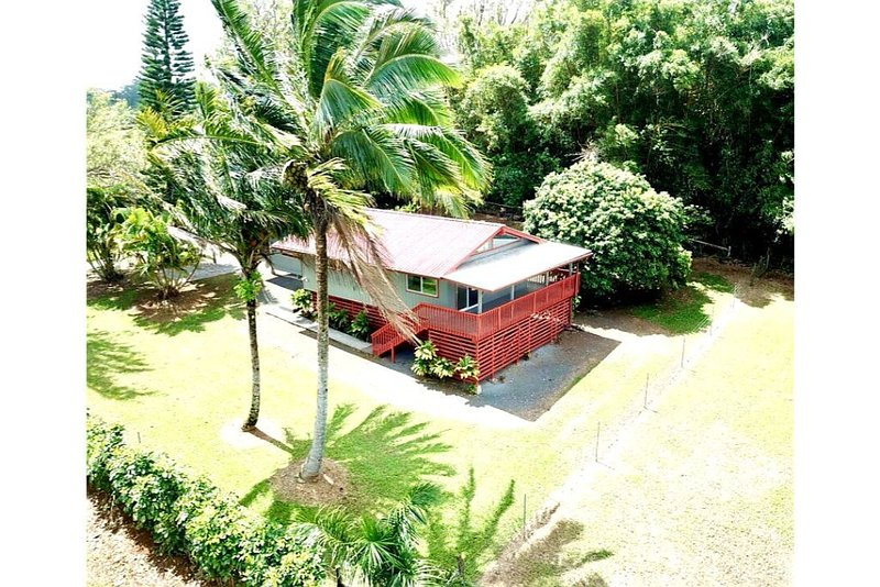 Private home located in tropical setting close to beaches and waterfalls, alquiler de vacaciones en Makawao