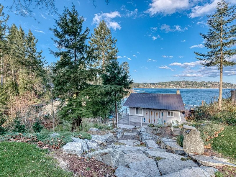 All new Dazzling waterfront cabin with boats! 150' beachfront, holiday rental in Lakebay