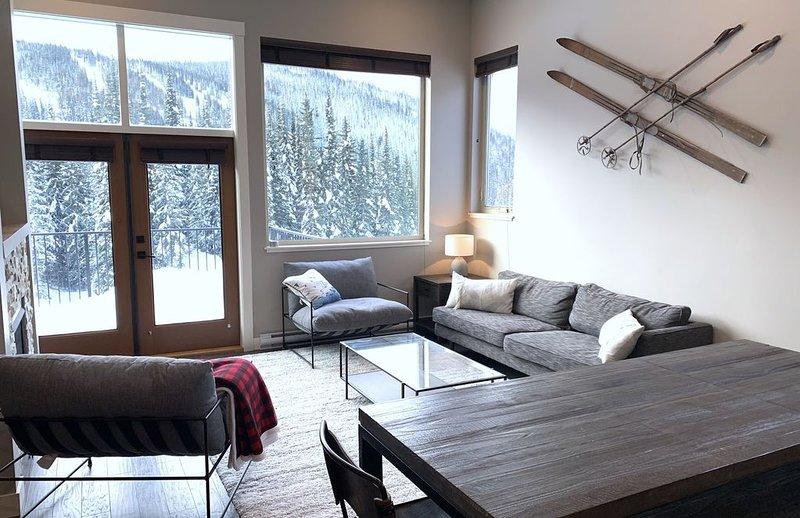 Brand new Ski in-out 3 bedroom Luxury Townhome for 19/20 Winter Season, holiday rental in Pritchard