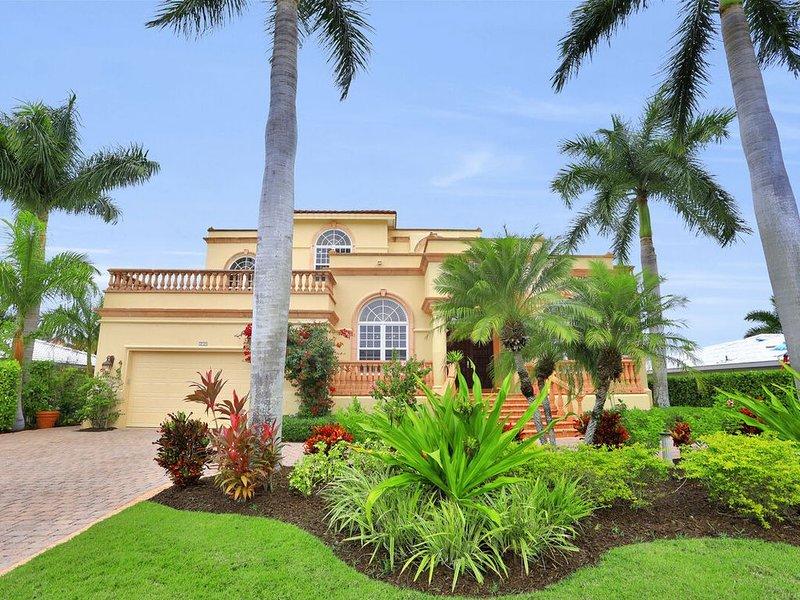 Waterfront Grand Two Story Home, Walking Distance to Vanderbilt Beach, alquiler de vacaciones en Naples Park