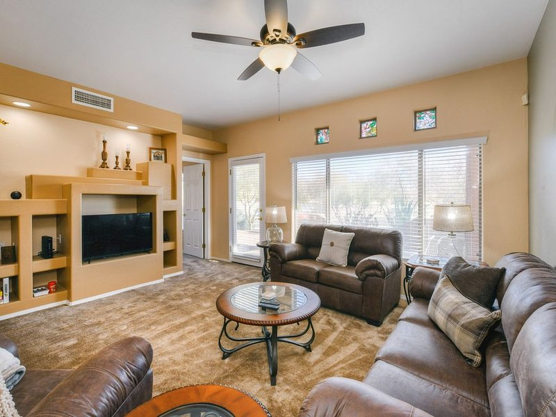 Beautiful, dog-friendly Oro Valley condo with shared heated pool, hot tub & gym!, holiday rental in Oracle