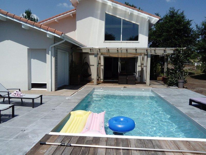 belle maison contemporaine sur terrain arboré avec piscine et pool house, holiday rental in Laluque