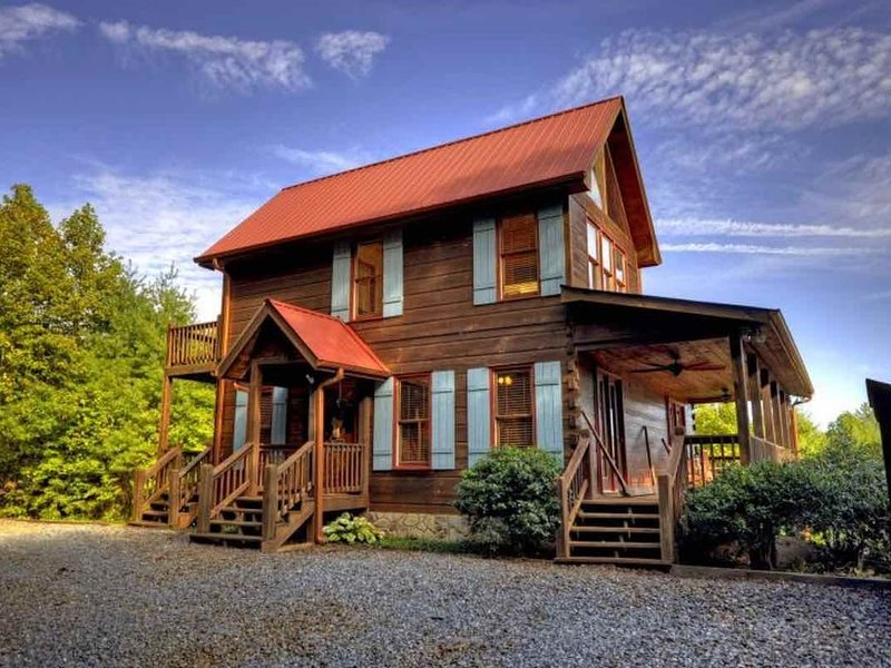 Mountain views, amazing sunrises, starry nights, 15min from BR - sparkling clean, vacation rental in Mineral Bluff