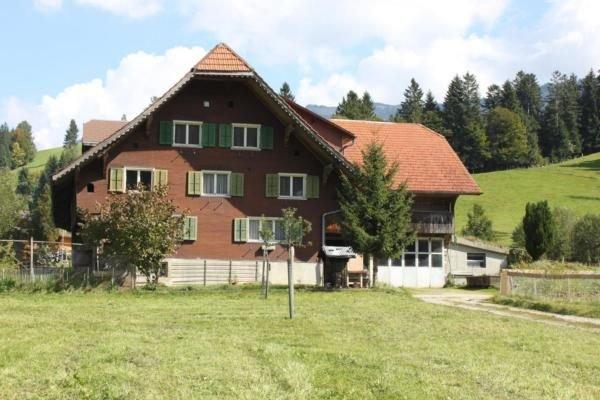 Ferienwohnung Wiggen für 2 - 6 Personen mit 2 Schlafzimmern - Bauernhaus, vacation rental in Utzigen