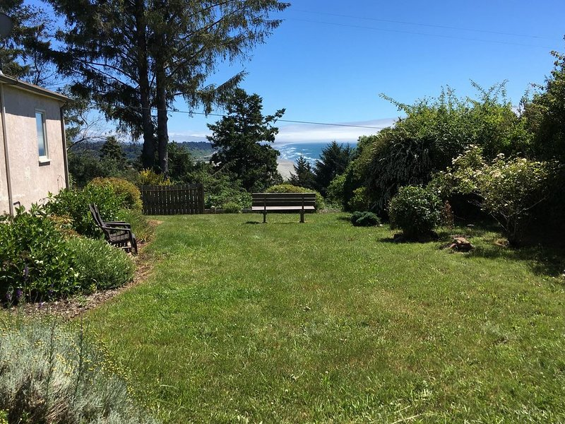 1950s bungalow w/ ocean views, dining room, yard, & private dry sauna, holiday rental in Humboldt County