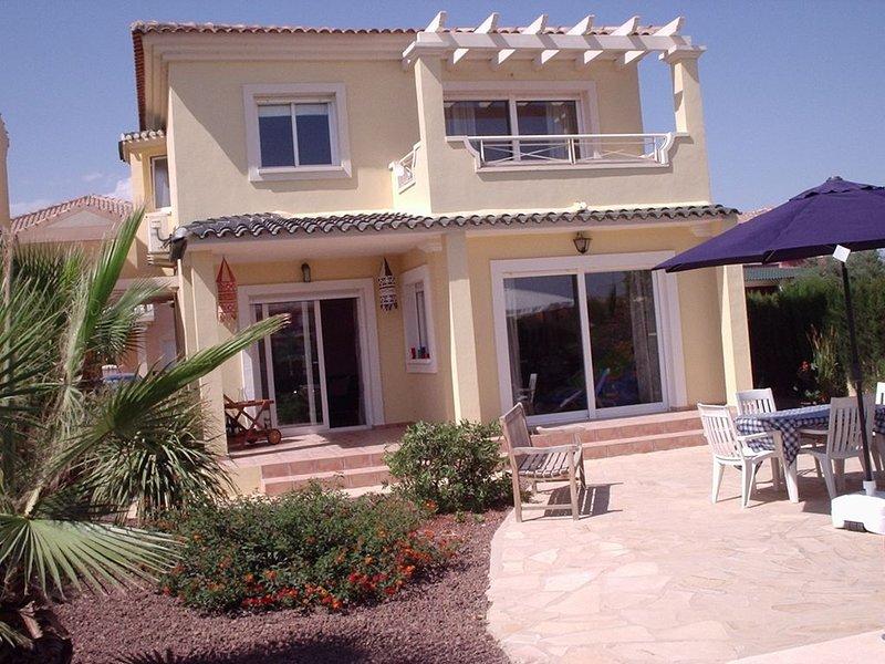 Mooie vrijstaande villa (max 6 pers.) prive zwembad/tuin (420m2) en airco., location de vacances à Banos y Mendigo
