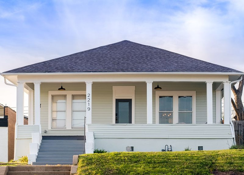 Restored 1930s Uptown Bungalow 2 min. to Magnolia Silos, holiday rental in Riesel
