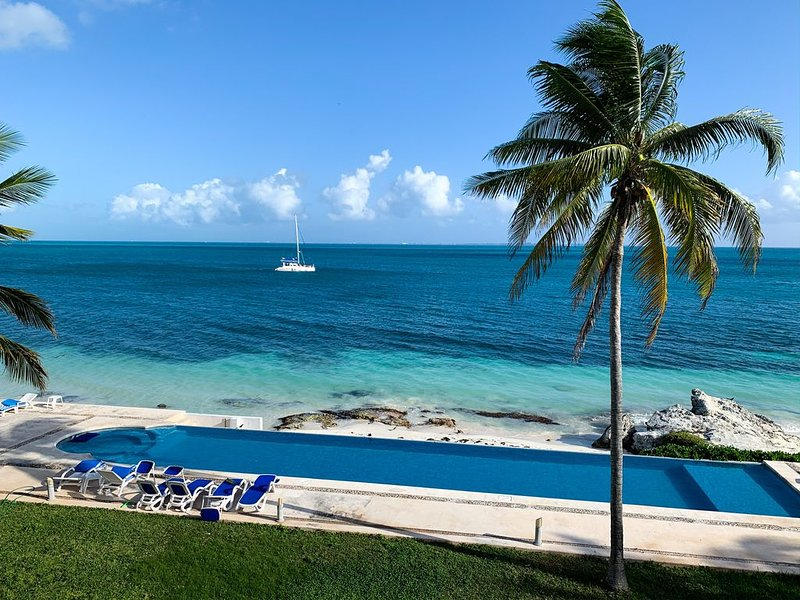 BEAUTIFUL LUXURY VACATION HOUSE ★ OCEANFRONT & ACCESS TO BEACH, holiday rental in Cancun