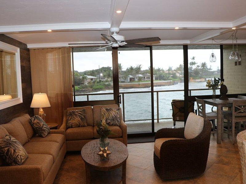 Stunning Updated Oceanfront Condo with AC!, location de vacances à Kekaha