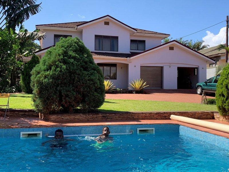 Modern European home with a private swimming pool, location de vacances à Kasangati
