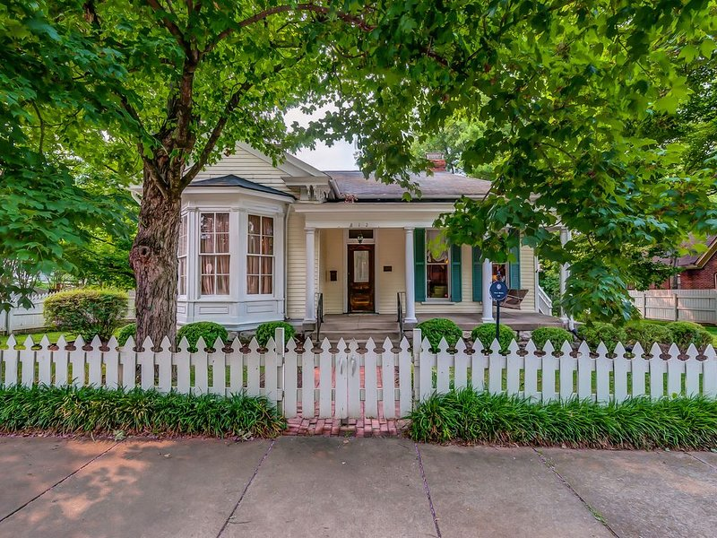Historic Home in Downtown Franklin - Walk to ALL the Charm & Convenience, holiday rental in Franklin