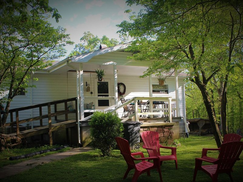 Farmhouse on 5 acres, many attractions and destinations close by., holiday rental in Tellico Plains
