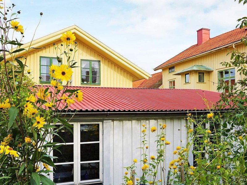 4 person holiday home in MARSTRAND – semesterbostad i Halleviksstrand