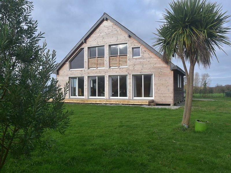 Spacieuse maison en bois avec terrasse et jardin clos  en baie d'Audierne, location de vacances à Landudec