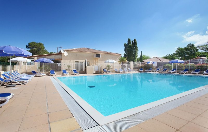 Accès Piscine Extérieure Saisonnière | Espace Confortable avec Accès au Court de, holiday rental in Carnoux-en-Provence